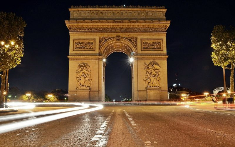 french arc de triomphe at night